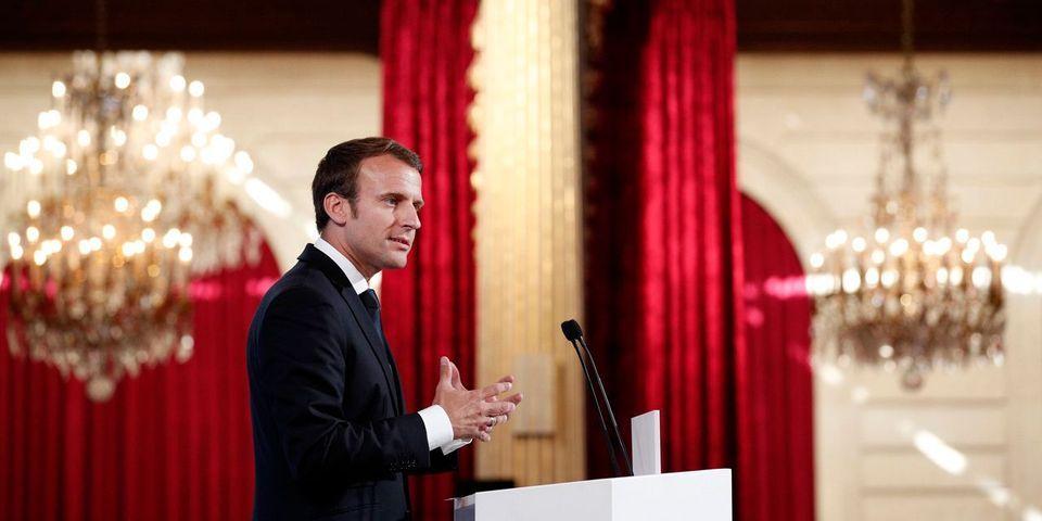 Emmanuel Macron signe les ordonnances sur le code du travail devant les caméras