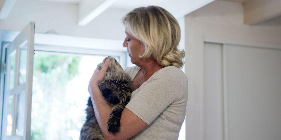 """Et là, la candidate FN à la présidentielle Marine Le Pen célèbre """"la journée du chat"""""""