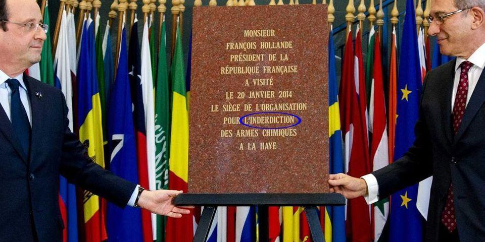 """François Hollande pose devant une plaque commémorant sa visite au siège de """"l'organisation pour l'inderdiction des armes chimiques"""""""