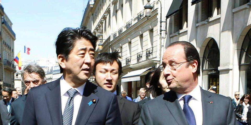 François Hollande s'offre une déambulation sans risque devant le palais de l'Élysée