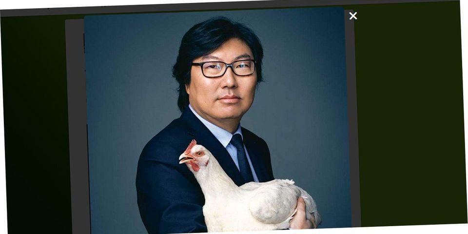 Jean-Vincent Placé pose avec une poule pour la Journée de la femme