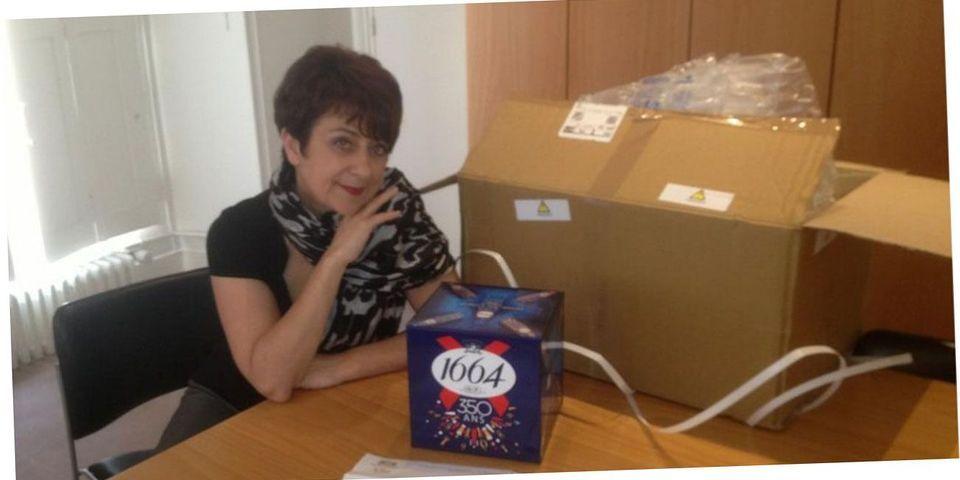 La députée PS Catherine Lemorton pose avec un nouveau cadeau envoyé par les lobbys pour les dénoncer