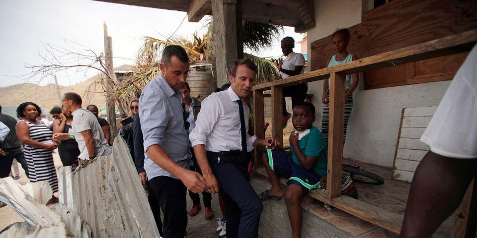 La mise en scène d'Emmanuel Macron à Saint-Martin qui dort sur un lit de camp et se lave au seau