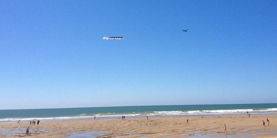 La nouvelle méthode du Hollande-bashing : la banderole aérienne sur les plages de l'Atlantique