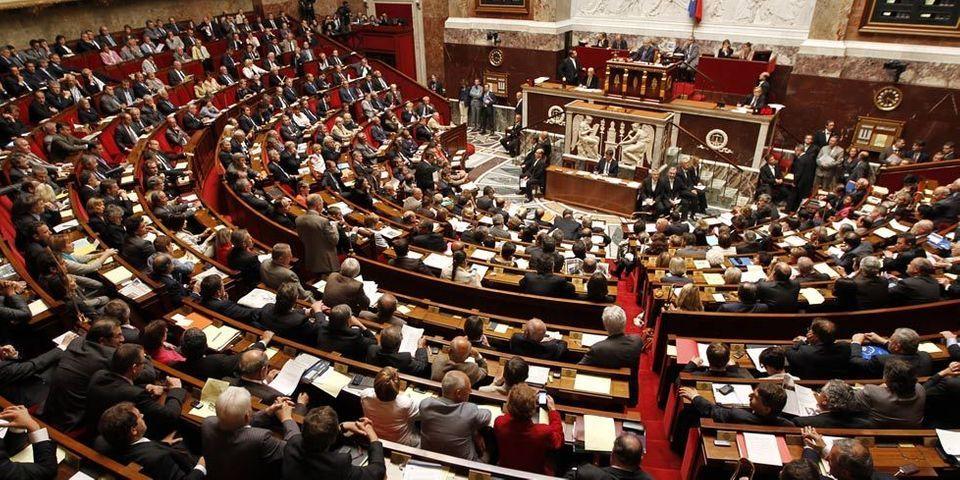 """Les députés UMP scandent """"Référendum ! référendum !"""" à l'Assemblée"""