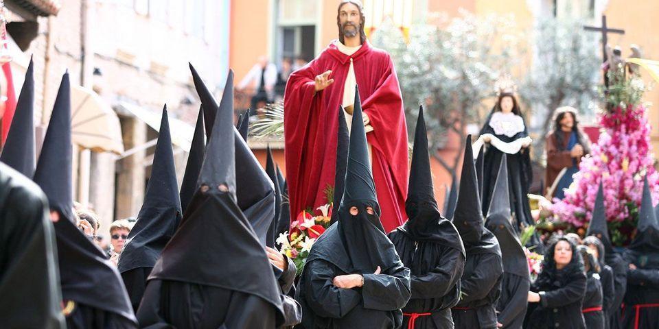 Le vice-président du FN Louis Aliot en habit de pénitent lors de la procession de la Sanch à Perpignan