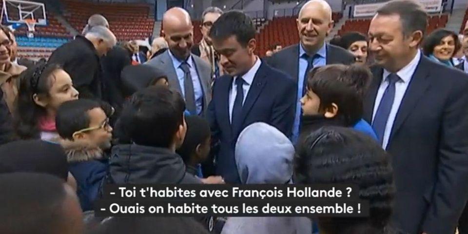 """Manuel Valls explique à des enfants qu'il """"habite avec François Hollande"""""""