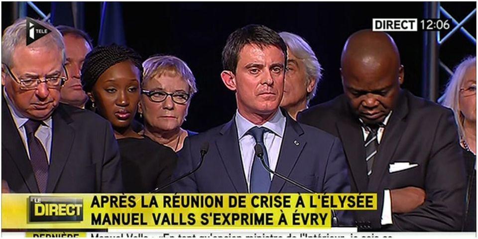 """Manuel Valls exprime son """"dégoût"""" après la une du Point montrant l'exécution d'un policier par les terroristes"""