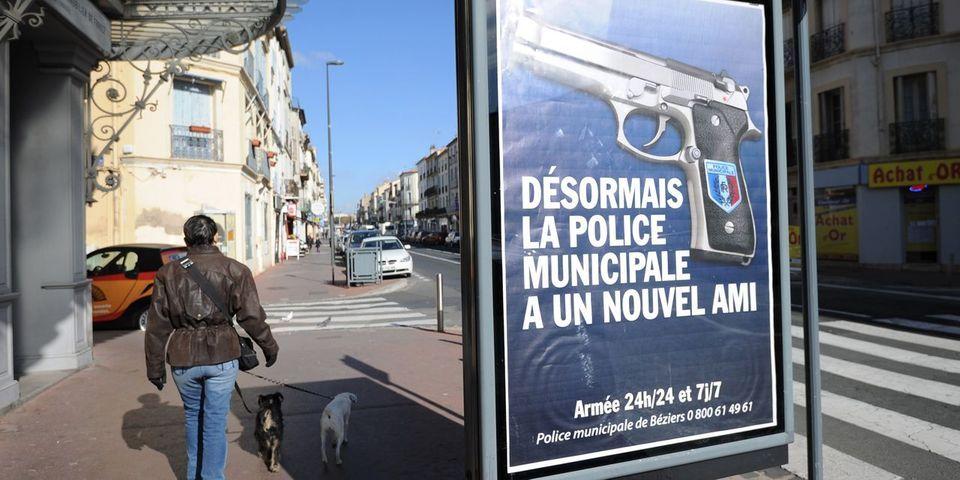 Rafales de critiques contre les affiches de Robert Ménard vantant l'armement de la police municipale à Béziers
