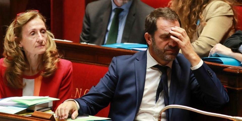 """""""Scandale démocratique"""", """"juge et partie"""" : droite et gauche font feu sur le maintien de Castaner aux Relations avec le Parlement"""