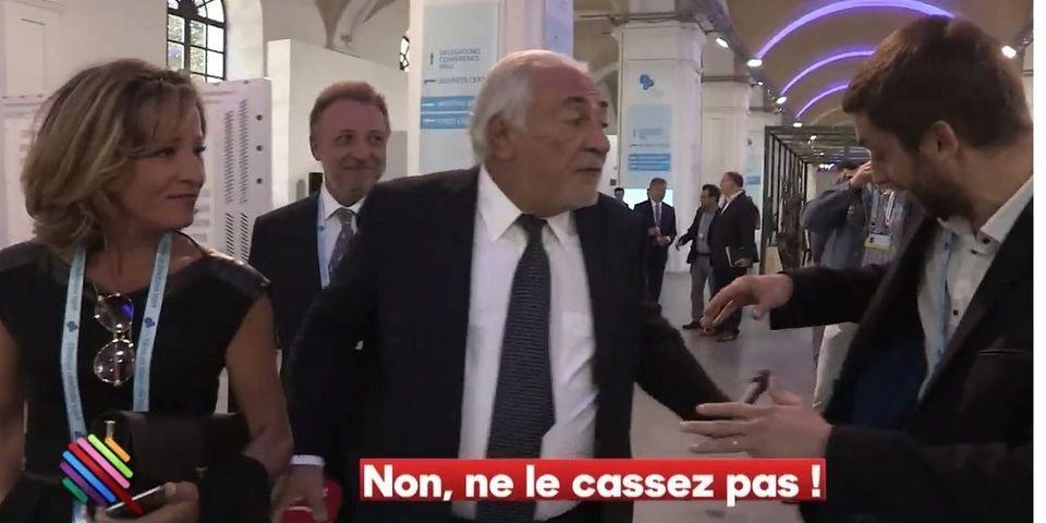 VIDÉO - Agacé par une question de journaliste sur l'état de la gauche, DSK jette son micro