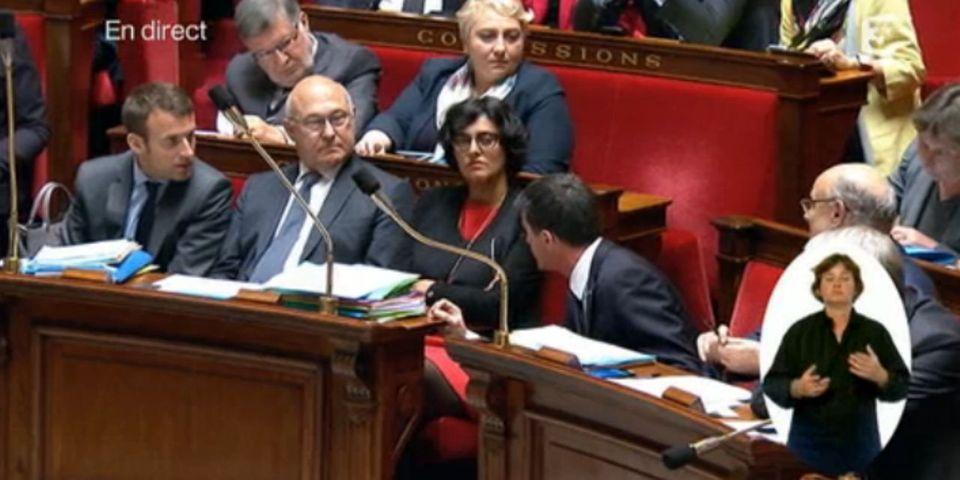 VIDÉO - Ce moment où Manuel Valls recadre Emmanuel Macron devant les caméras pendant les questions au gouvernement