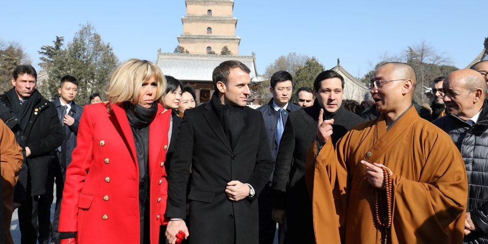 VIDÉO – En prenant un peu trop son temps, Emmanuel Macron exaspère le protocole chinois