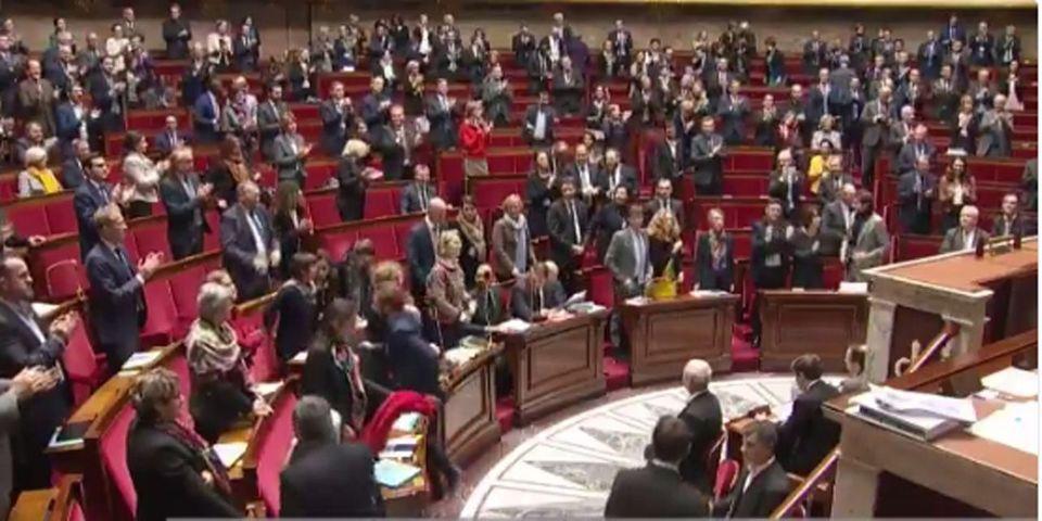 VIDÉO - Hommage et standing ovation pour Johnny Hallyday à l'Assemblée nationale