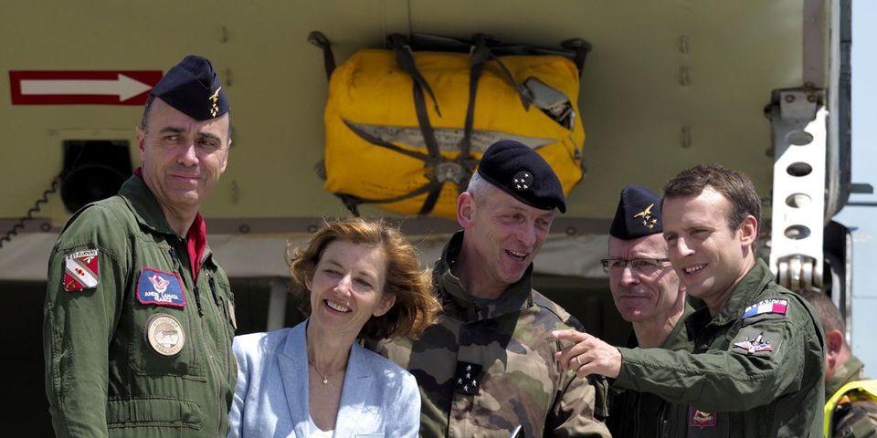 VIDÉO – Pour son opération réconciliation avec les militaires, Emmanuel Macron se déguise en Tom Cruise