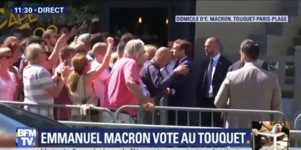 VIDÉO – Quand Emmanuel Macron se prend pour Laurent Blanc embrassant le front de Fabien Barthez