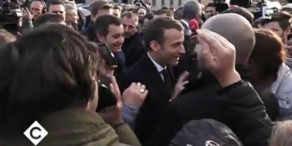 VIDÉO – Quand le service d'ordre d'Emmanuel Macron écarte ostensiblement un journaliste qui pose des questions *gênantes*